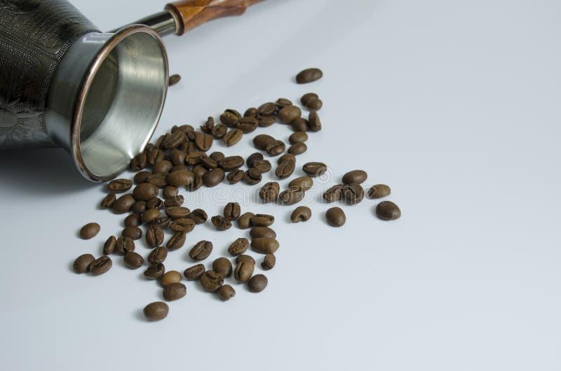 Kaffeebohnen und kupferner Türke für Brauenkaffee stockfotografie