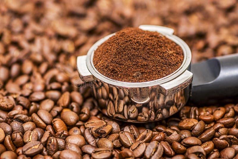 Kaffeebohnen und Portafilter Filtern Sie Halter für Espressokaffeemaschine und Kaffeebohnen lizenzfreie stockfotografie