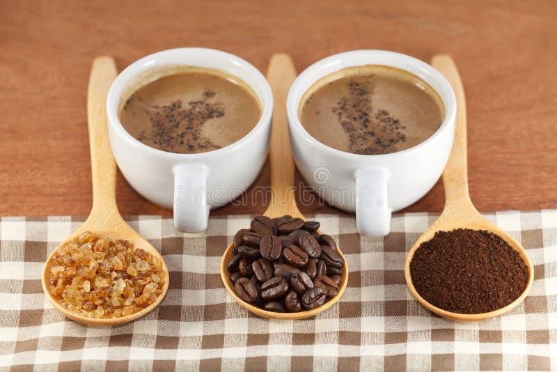 Kaffeebohnen und Zucker im hölzernen Löffel lizenzfreie stockfotos
