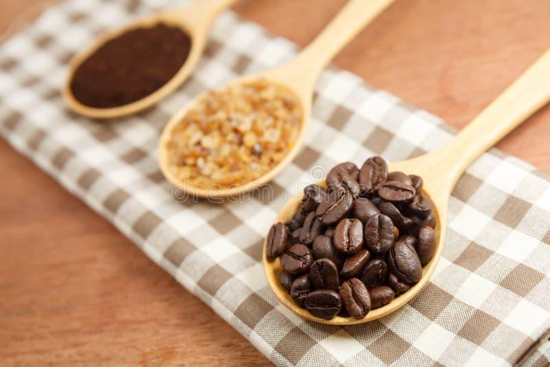 Kaffeebohnen und Zucker im hölzernen Löffel lizenzfreies stockfoto