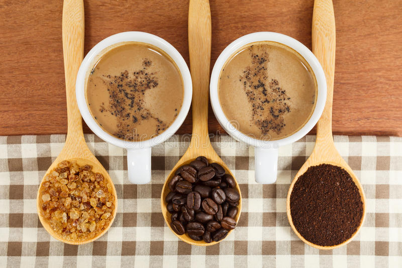Kaffeebohnen und Zucker im hölzernen Löffel lizenzfreies stockbild