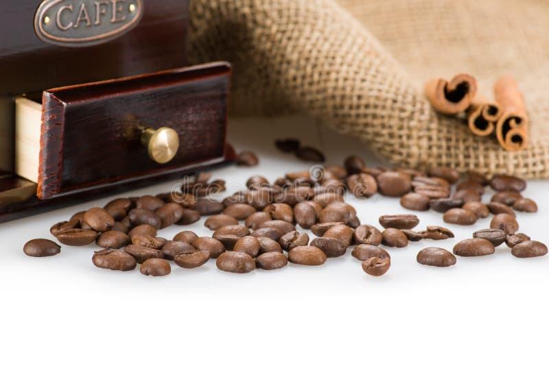 Kaffeebohnenahaufnahme mit Kaffeemühle stockbilder