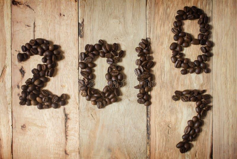 Kaffeebohnetext 2018 auf hölzernem Hintergrund, Konzept des neuen Jahres lizenzfreie stockfotos