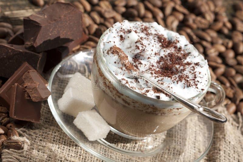 Kaffeecappuccino mit Schokolade lizenzfreies stockbild
