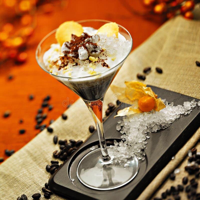 Kaffeecocktail mit Sahne und zerriebenes Eis lizenzfreie stockbilder