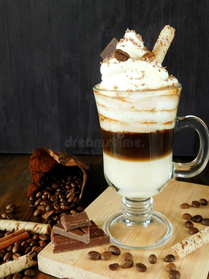 Kaffeecocktail mit Schlagsahne in einem Irishcoffeebecher lizenzfreies stockfoto