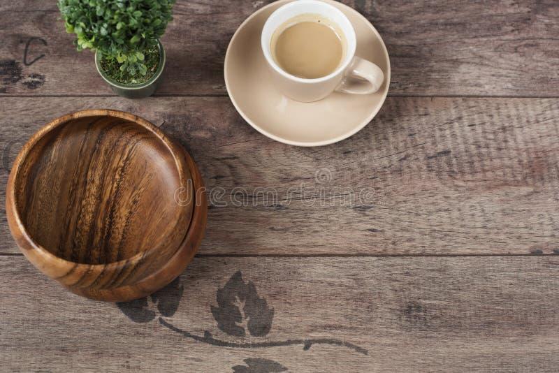 Kaffeeespresso, Bonsaibaum und Bambusschüsseln auf einem Holztischhintergrund Dunkles Holz Leerer Platz, Kopienraum Morgen im Bür stockfoto