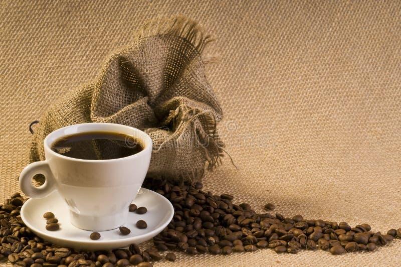 Kaffeegetränk mit Bohnen lizenzfreies stockbild