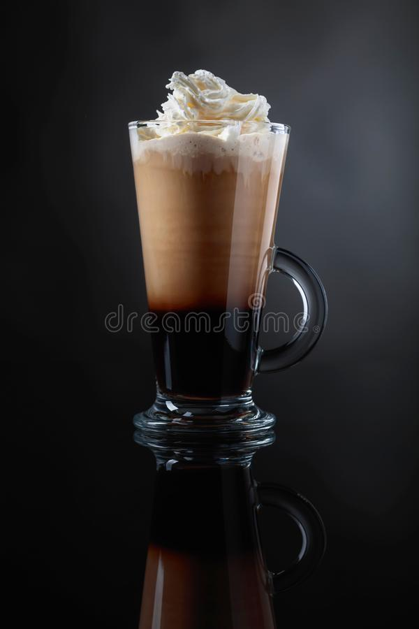 Kaffeegetränk oder -cocktail mit Sahne auf einem schwarzen Hintergrund lizenzfreies stockfoto