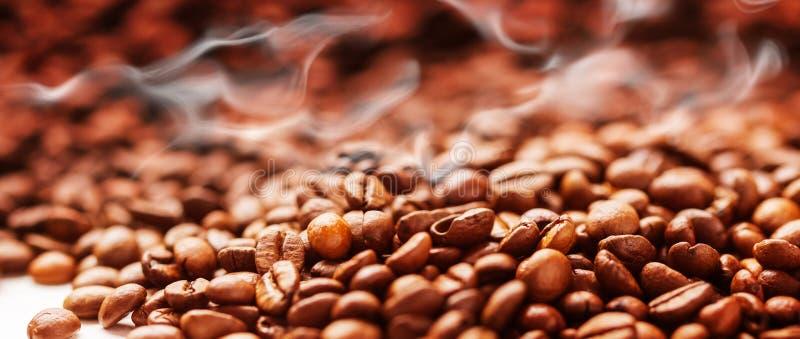 Kaffeehintergrund mit Bohnen, Kaffeeröstung lizenzfreie stockfotos