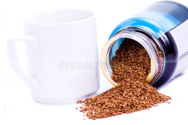 Kaffeekörnchen und -becher. lizenzfreies stockfoto