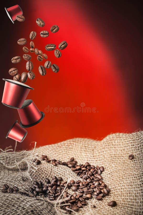 Kaffeekapsel und Kaffeebohnen lizenzfreie stockbilder