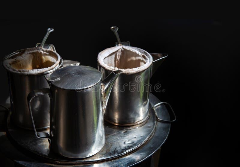 Kaffeekessel im thailändischen traditionellen Korb der Weinlese auf Metall stockfoto