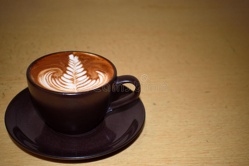 Kaffeekunst mit Blatt stockfotografie