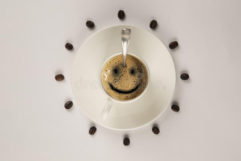 Kaffeelächelnschale des gutenmorgens auf hölzernem Hintergrund stockfotografie