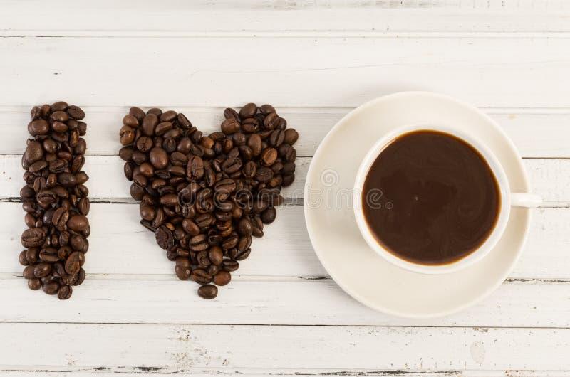 Kaffeeliebeskonzept mit der Herdform gemacht von den Bohnen stockfotografie