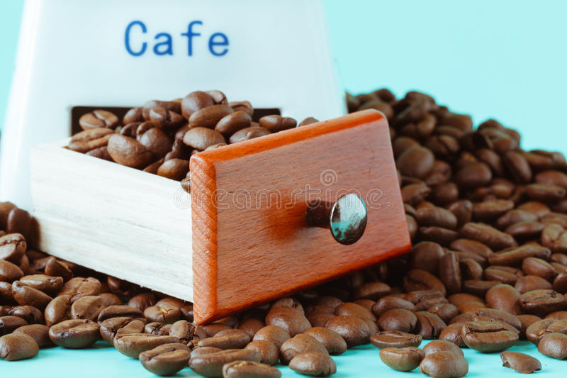 Kaffeemühle auf Aquamarin lizenzfreie stockfotos