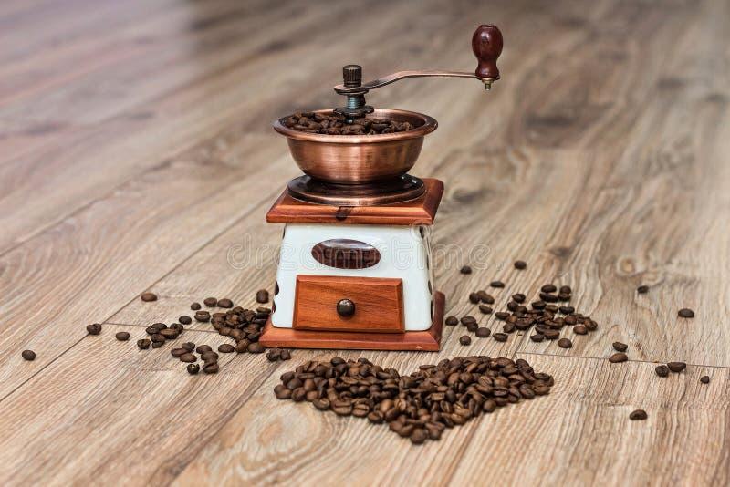 Kaffeemühle am Bretterboden mit Herd stockfotos