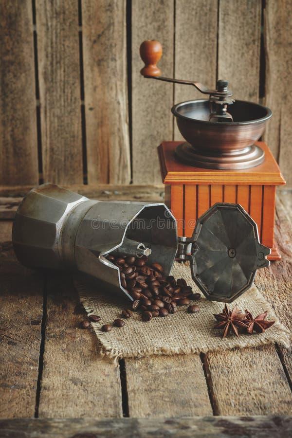 Kaffeemühle-, Kaffeekannen- und Röstkaffeebohnen stockbild