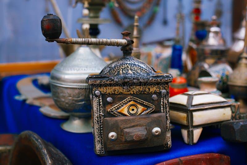 Kaffeemühle marokkanisches souk macht Andenken in Medina, Essaouira, Marokko in Handarbeit lizenzfreie stockfotos