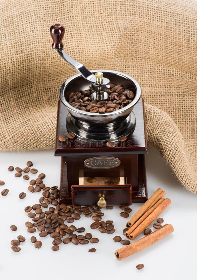 Kaffeemühle mit Beschaffenheit und Bohnen stockbilder