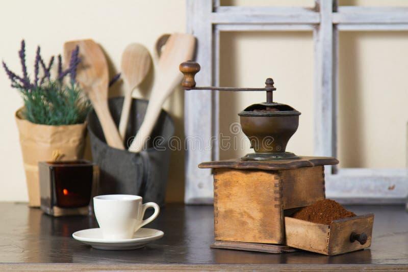 Kaffeemühle mit frisch gemahlenem Kaffee lizenzfreie stockfotografie