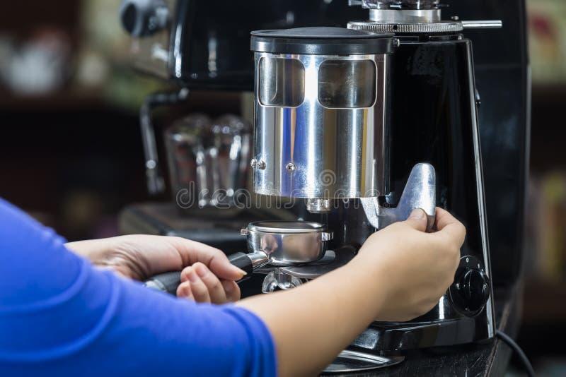Kaffeemühle, zum von Kaffeebohnen zu reiben stockbilder