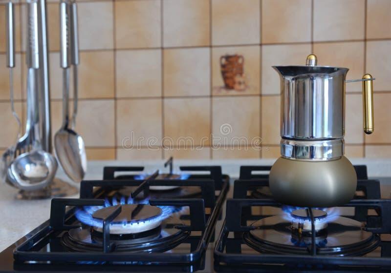 Kaffeemaschine auf dem Ofen stockfotografie