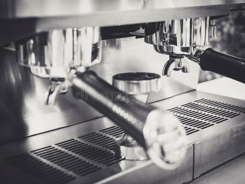 Kaffeemaschine Caférestaurant Schwarzweiss stockbild