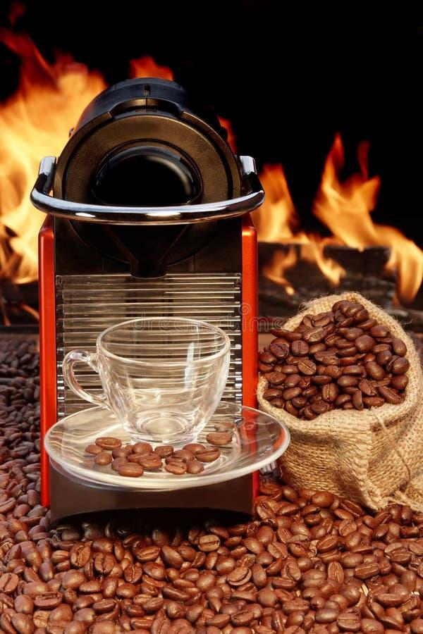 Kaffeemaschine mit Schale Espresso nahe Kamin lizenzfreie stockfotografie