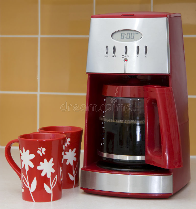 Kaffeemaschine und Becher lizenzfreie stockbilder