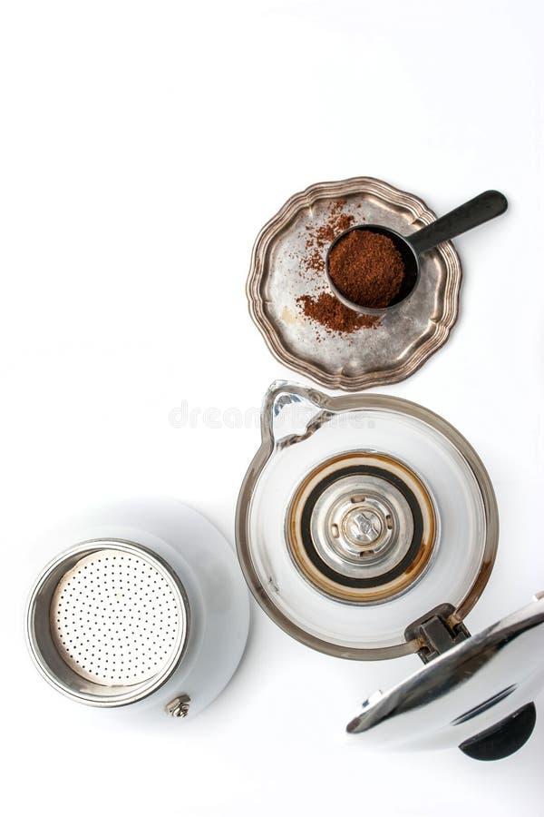 Kaffeemaschine und Weinlesemetallplatte mit Kaffee auf der weißen Hintergrundvertikale lizenzfreie stockbilder
