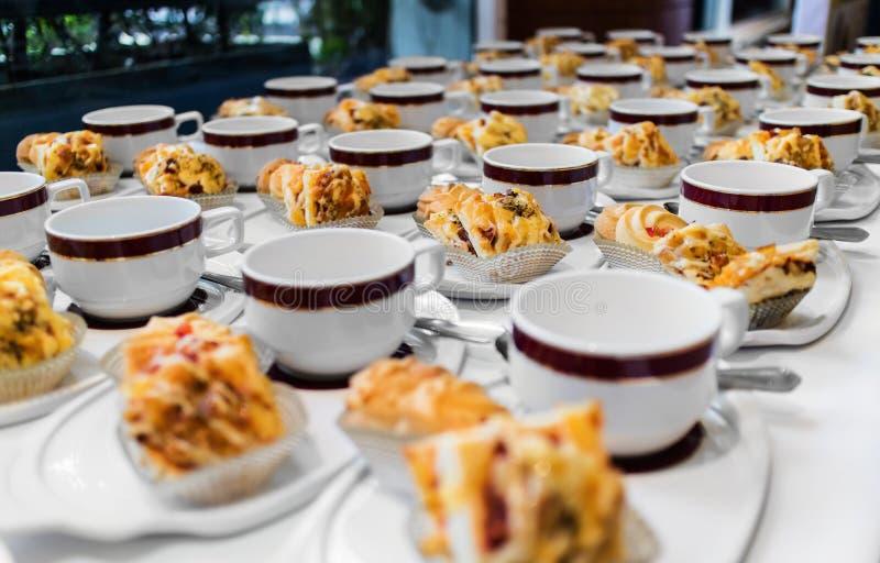 Kaffeepause, die für Konferenzsitzung sich vorbereitet lizenzfreie stockbilder