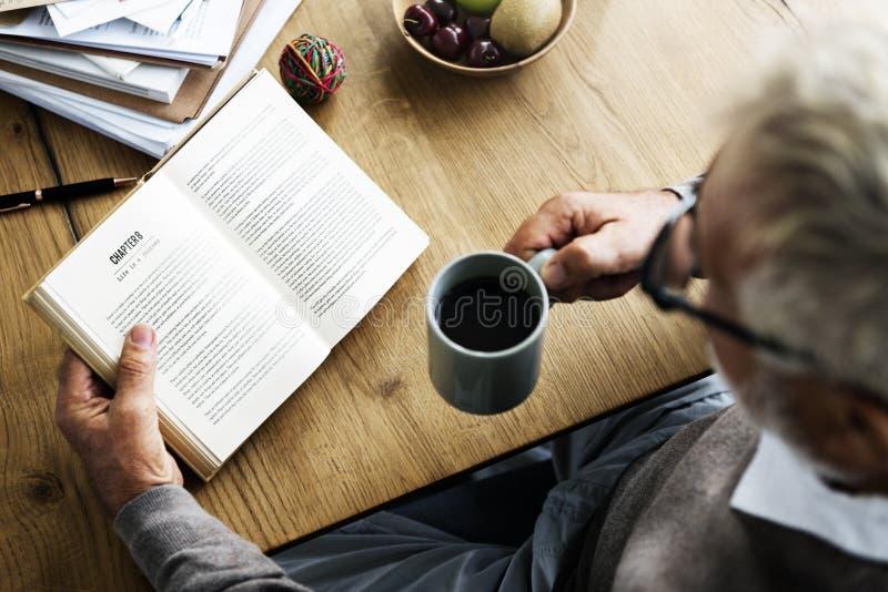 Kaffeepause-Lesereise-Buch-Lebensstil-Konzept stockbild