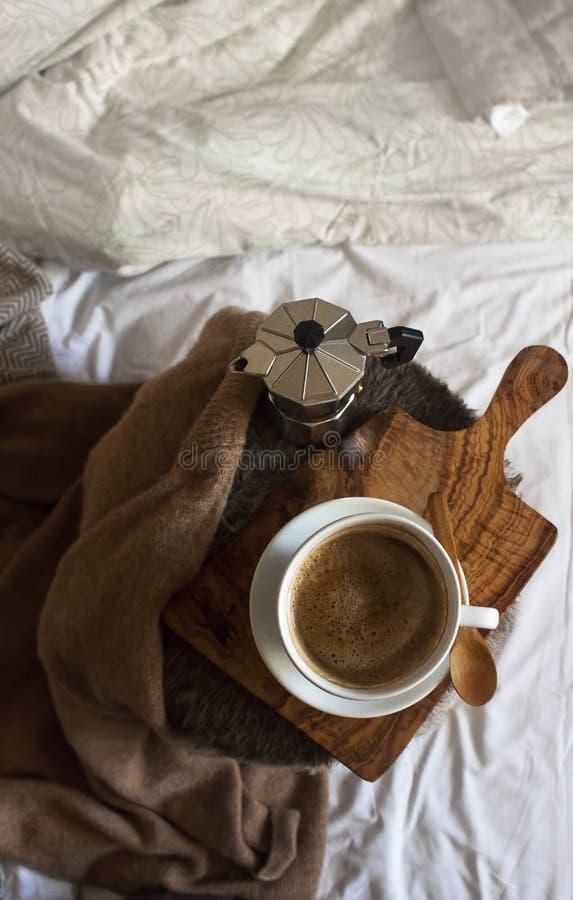 Kaffeepause mit gemütlichen Details stockfotografie