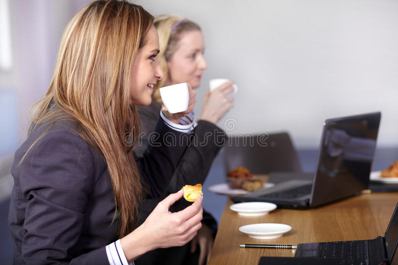 Kaffeepause während des Geschäftstreffens stockfotografie