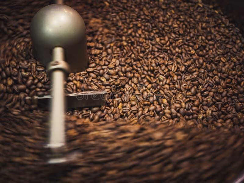 Kaffeeröster-Prozess Kaffeebohnen, die Maschine braten stockfoto