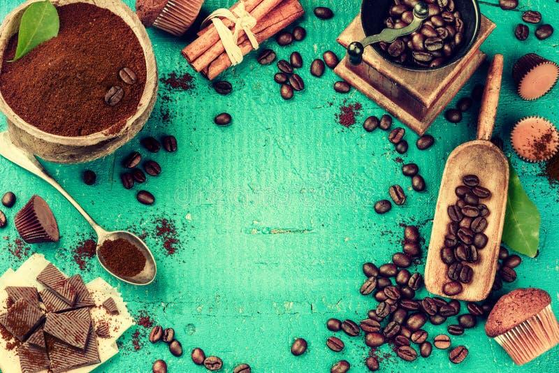 Kaffeerahmen im Türkiston mit Röstkaffeebohnen, alter wo lizenzfreies stockfoto