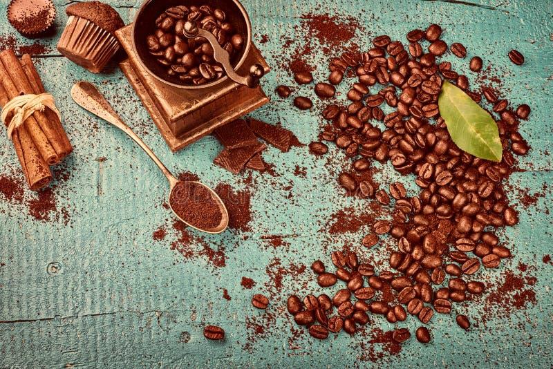 Kaffeerahmen mit Röstkaffeebohnen, die Zimtstangen, alt flehen an stockfotos