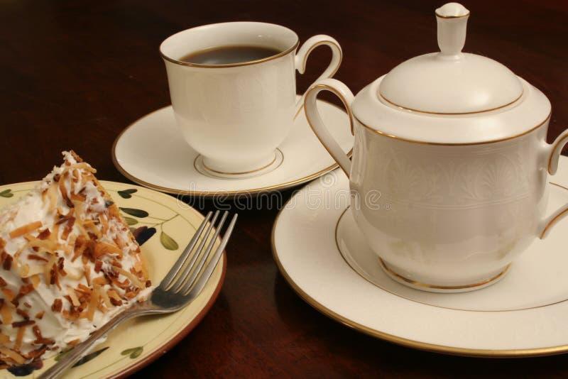 Kaffeerahmtopf u. -kuchen lizenzfreies stockbild