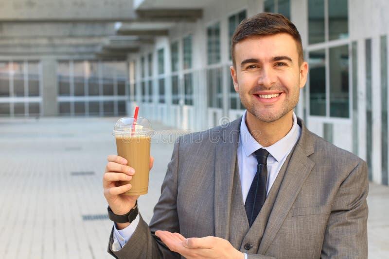 Kaffeesüchtiger mit seinem Latte lizenzfreie stockfotografie