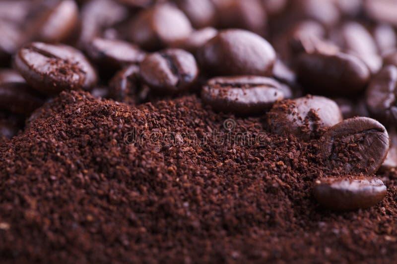 Kaffeesatz und Bohnen lizenzfreie stockbilder