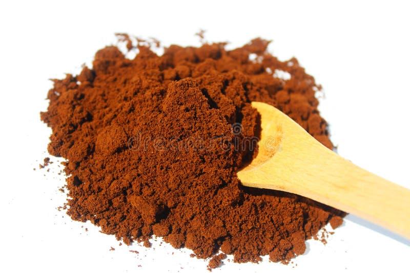 Kaffeesatz und hölzerner Löffel lokalisiert auf weißem Hintergrund stockfotos