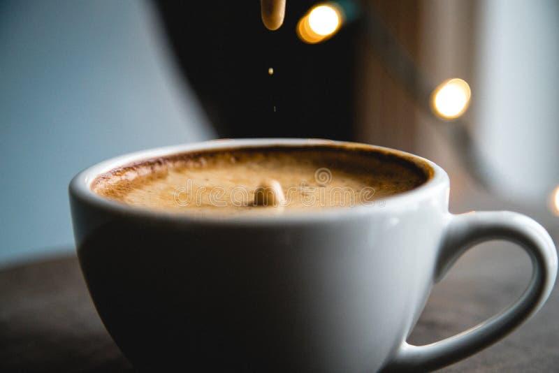 Kaffeeschaum-Tropfenzeitlupe stockfotografie