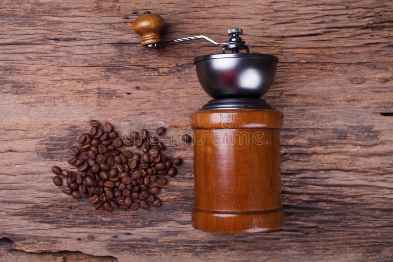 Kaffeeschleifer und Kaffeebohnen stockfotografie