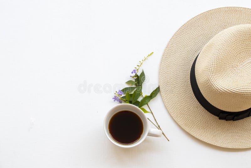 Kaffeespresso mit dem Hut der Lifestyle-Frau Relax-Arrangement im flachen Laienstil lizenzfreie stockfotografie
