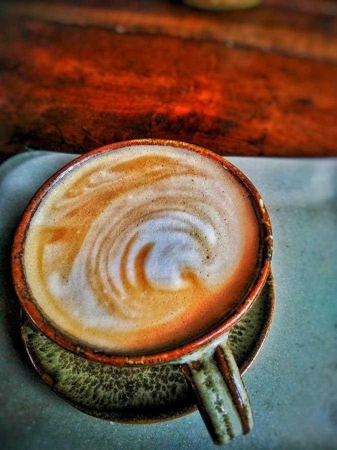 Kaffeespressokoppen rånar hjärtakafét för förälskelse I royaltyfri fotografi
