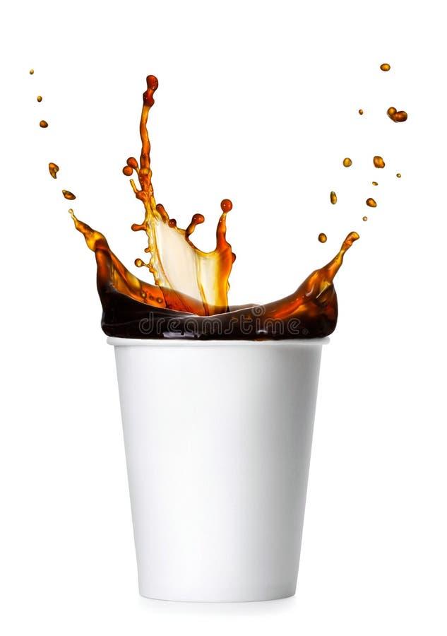 Kaffeespritzen von einer Papierschale lizenzfreie stockfotografie