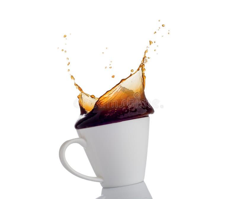 Kaffeespritzen von einer Schale lizenzfreie stockfotos
