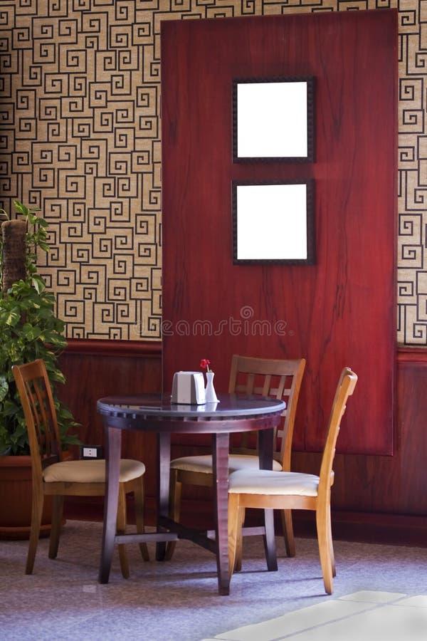 Kaffeetabelle und -stühle stockfotografie